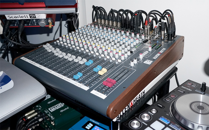 zed-16fx-walnut-side-panels-by-mixingtable
