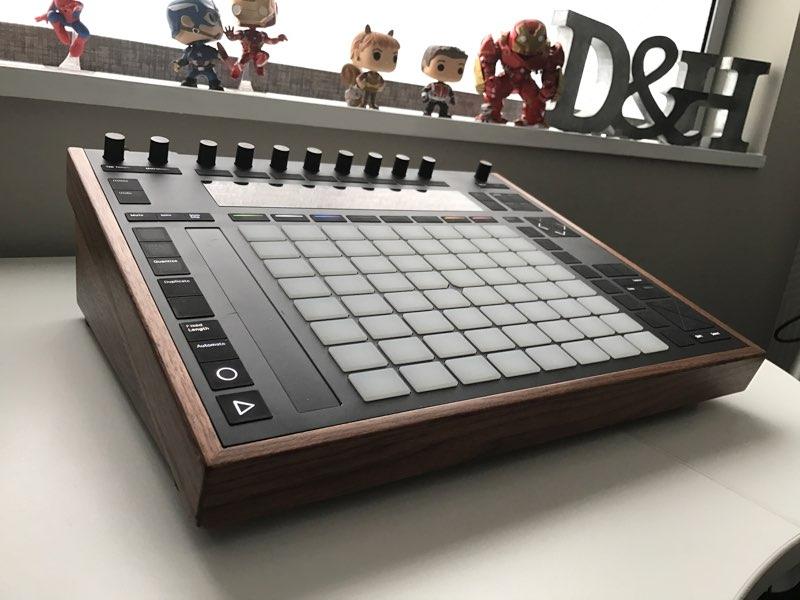 push-2-desk-stand-hank